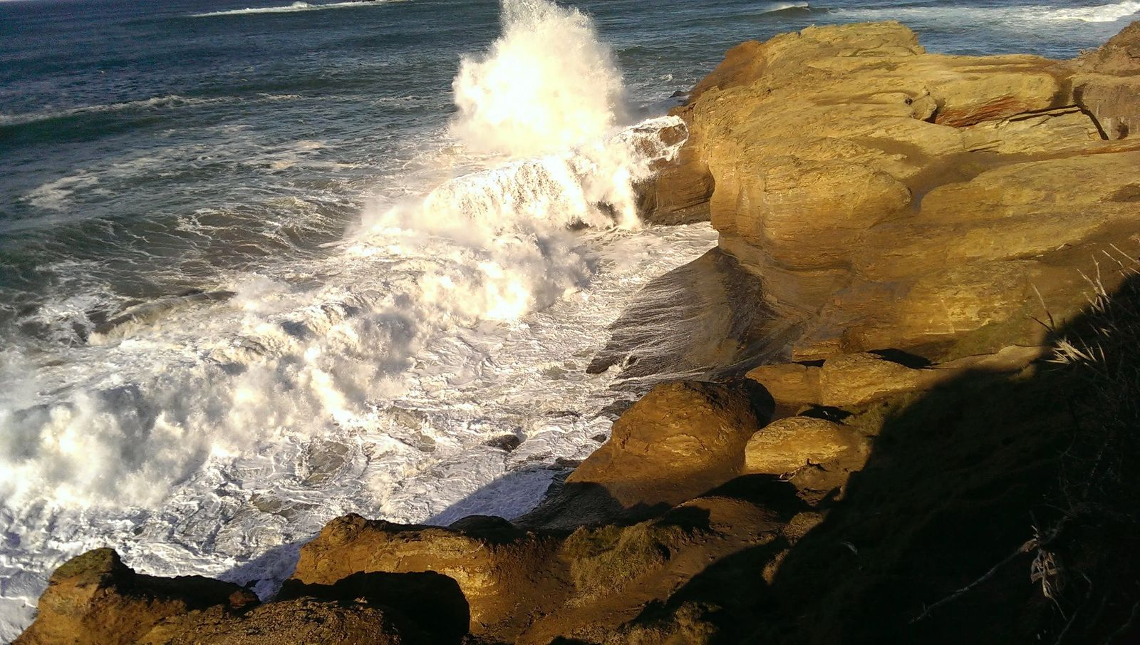 Photo of waves near the Devil's Punchbowl in Oregon