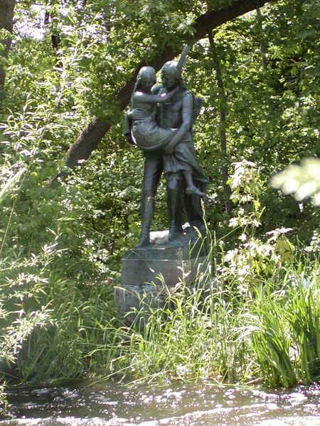 Photo of statue of Hiawatha carrying Minnehaha over a stream, in Minneapolis, Minnesota